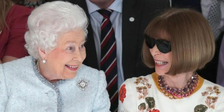 Königin Elizabeth II. und Modepäpstin Anna Wintour (r) auf der London Fashion Week.