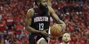 Obenauf: James Harden (M,) von den Houston Rockets.