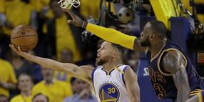 LeBron James (r) fordert mit seinen Cavaliers in den NBA-Finals die Golden State Warriors um Stephen Curry.