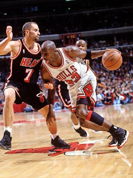 Michael Jordan (Chicago Bulls, r.) im Duell gegen Rex Chapman (Miami Heat) am 7. November 1995.