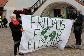 Knapp 50 Teilnehmer zählte die Demonstration der Fridays-for-Future-Bewegung am 25. September 2020 in Grimma. Vom Markt ging es unter Sprechchören zum Zwischenstopp am Bahnhof und zurück.