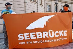 Am 28. April 2020 demonstrierte die Initiative Seebrücke vor dem Landtag in Potsdam. F