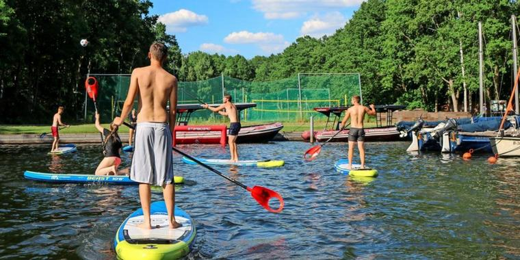 Stand Up Paddling (SUP)-Polo im Wassersport-Center Wolziger See in Blossin