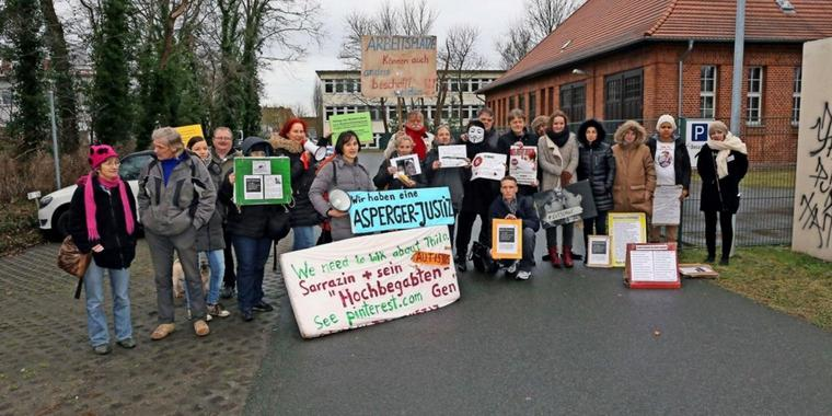 Demonstration vor dem  Jugendamt in Rathenow