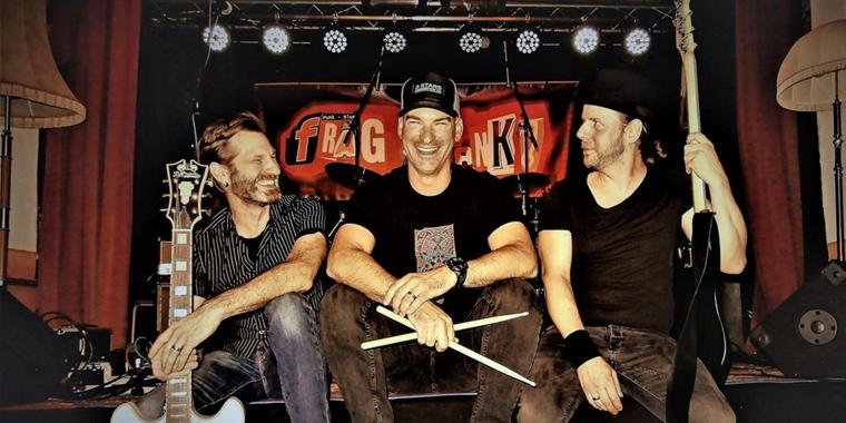 """""""Frag Frank!"""": Martin (Fred) Meinecke(l.), Keith Petty (M.) und André (Fritz) Reichow feiern am 3. Oktober Record Release Party."""