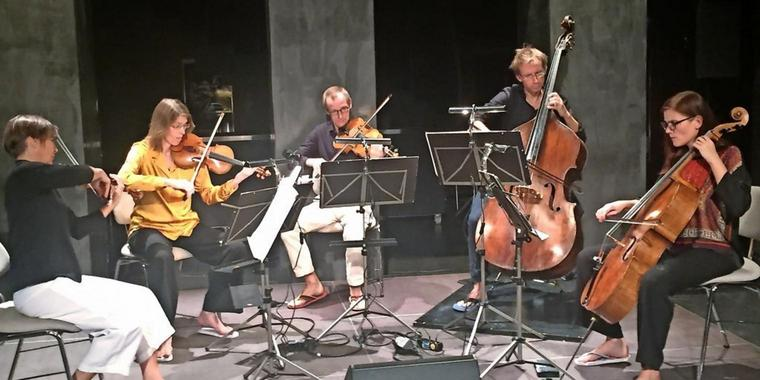 "Renate Loock, Kristina Lung (beide Violine), Christoph Starke (Viola), Tobias Lampelzammer (Kontrabass) und Zoé Cartier (Violoncello, v.l.n.r.) führen im Nikolaisaal ""Anthem of the Great Spirit"" aus ""Salome Dances for Peace"" von Terry Riley auf."