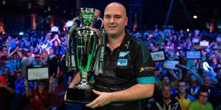 Holte sich in Göttingen den EM-Pokal im Darts: Rob Cross.