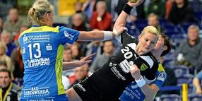 Christine Beier (M.) in der Handball-Bundesliga in Aktion. Foto: Hendrik Schmidt/dpa