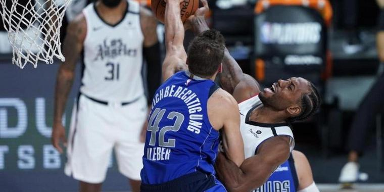 Maxi Kleber (l) von den Dallas Mavericks in Aktion gegen Kawhi Leonard von den Los Angeles Clippers.