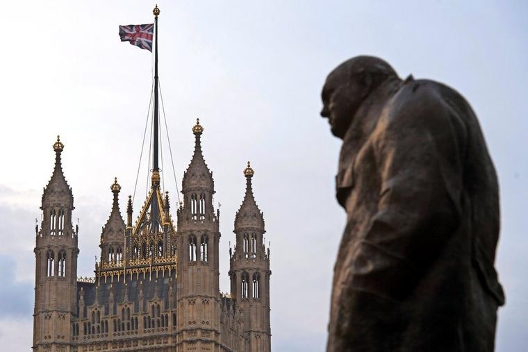 Eine Statur des Ex-Premier Winston Churchill vor dem House of Parliament in London