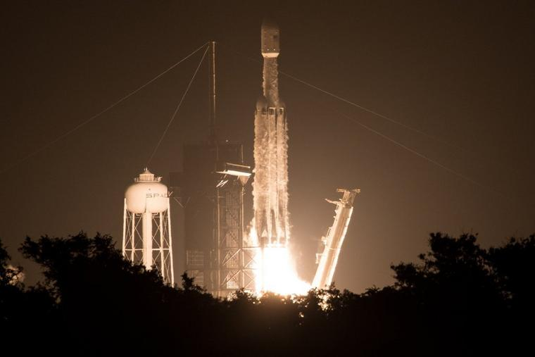 Die SpaceX Falcon Heavy Rakete startet mit 24 Satelliten und der Atomuhr an Bord vom Kennedy Space Center in Florida