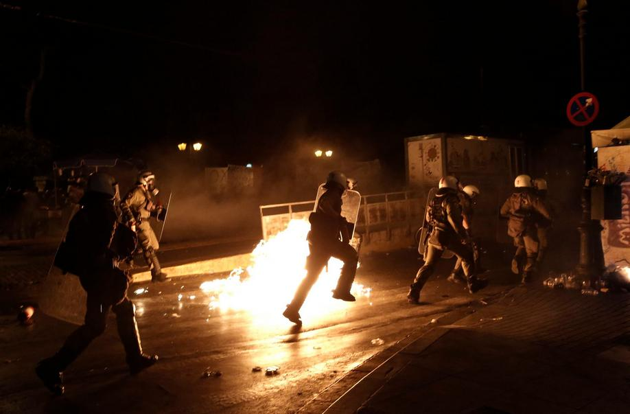epa04848233 Greek policemen try to avoid a petrol bomb thrown by protesters during a demonstration against the prior actions expected to be voted by lawmakers, in Athens, Greece, 15 July 2015. A debate on reforms that are key to a preliminary agreement with creditors to keep Greece out of bankruptcy takes place in the country's legislature, but fissures were already beginning to show among the ruling SYRIZA party. EPA/YANNIS KOLESIDIS +++(c) dpa - Bildfunk+++