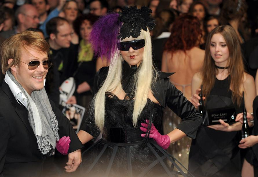 A guest arrives for the 2011 Echo Music Awards ceremony in Berlin, Germany, 24 March 2011. The 20th Echo Music Award is presented in 25 categories. Photo: Photo: Joerg Carstensen dpa/lbn +++(c) dpa - Bildfunk+++