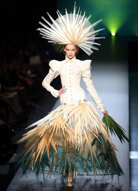 A model presents a creation by French designer Jean-Paul Gaultier as part of his Haute-Couture Spring Summer 2010 fashion show in Paris, France, 27 January 2010. EPA/IAN LANGSDON +++(c) dpa - Bildfunk+++