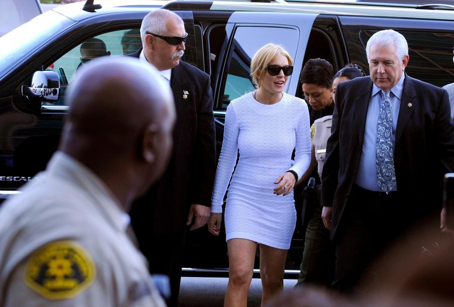 epa02572724 US actress Lindsay Lohan (C) arrives at the court to be arraigned on felony grand theft charges at the Los Angeles Airport Courthouse in Los Angeles, California USA 09 Febraury 2011. Lohan is charged in the theft of a 2,500 US dollar necklace allegedly taken from a Venice, California, jewelry store last month. EPA/MIKE NELSON +++(c) dpa - Bildfunk+++