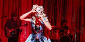 """Im Augenblick: Mohamed Achour in """"Hedwig and the angry Inch"""" – im Hintergrund die Musiker Peter Thiessen (links) und Micha Fromm."""