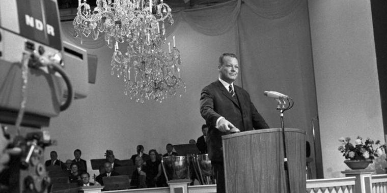 "Bundesaußenminister Willy Brandt löst 1967 auf der ""Internationalen Funkausstellung"" in Berlin mit einem Knopfdruck den offiziellen Start des Farbfernsehens in Deutschland aus. Foto: dpa"