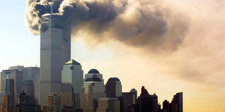 Rauch über Manhattan: Die brennenden Türme des World Trade Center am Mittag des 11. September 2001 in New York City.