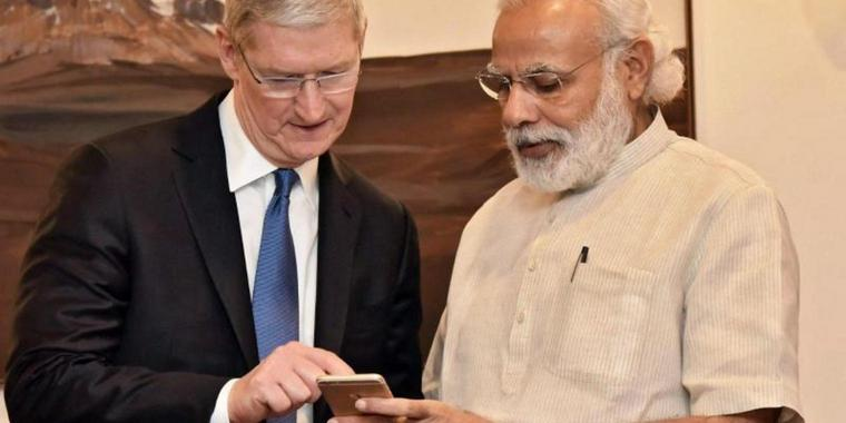 Bei einem Besuch in Neu-Delhi im vergangenem Monat traf Apple-Chef Tim Cook (links) den Indischen Premierminister Narendra Modi. Foto: Government Of India/Handout