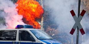 Im Wendland in Flammen: VW-Bus der Bundespolizei.