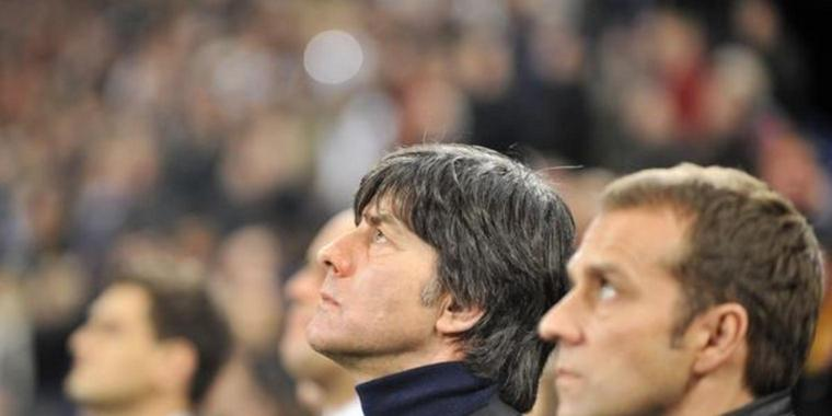 Bundestrainer Joachim Löw (links) und Co-Trainer Hansi Flick vor dem Anpfiff.
