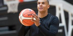 Anthony Canty wirft beim Training in Hamburg einen Ball.