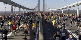 Läufer überqueren beim New York Marathon die Verrazano Narrows Bridge in Staten Island, New York.