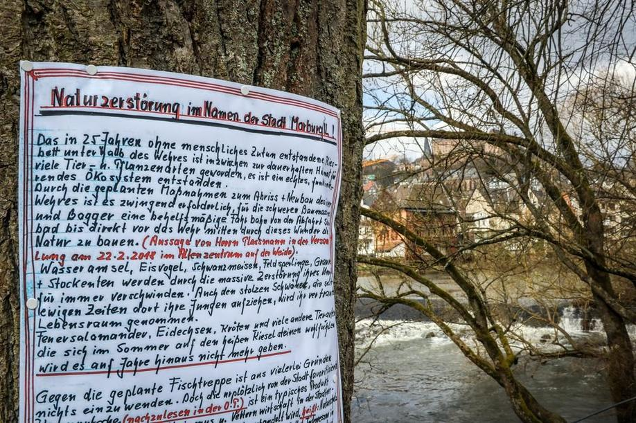 Plakataktion am Trojedamm in Marburg Höhe Grüner Wehr. Foto: Thorsten Richter (thr)