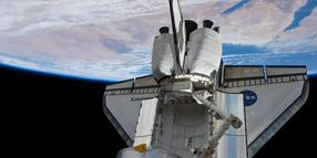 """Die """"Discovery"""" an der Weltraumstation ISS."""