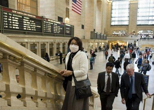 Eine Frau mit Mundschutz in der Central Station Ende April in New York.