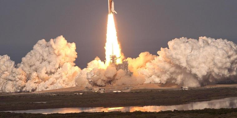 """Der Space Shuttle """"Discovery"""" hob am Donnerstag bei bestem Wetter vom Weltraumbahnhof Cape Canaveral in Florida ab."""
