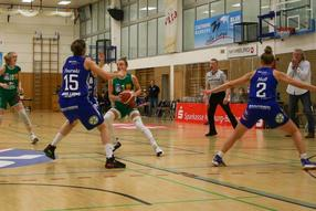 Basketball Bundesliga; BC Phamraserv Marburg vs Gisa Lions Halle. Hanna Crymble (von links), Alex Wilke und Trainer Christoph Wysocki.