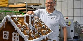 Karsten Quast beim Backen in der Backstube der Bäckerei Freytag in Grevesmühlen.