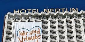 Banner am Neptun Hotel in Warnemünde