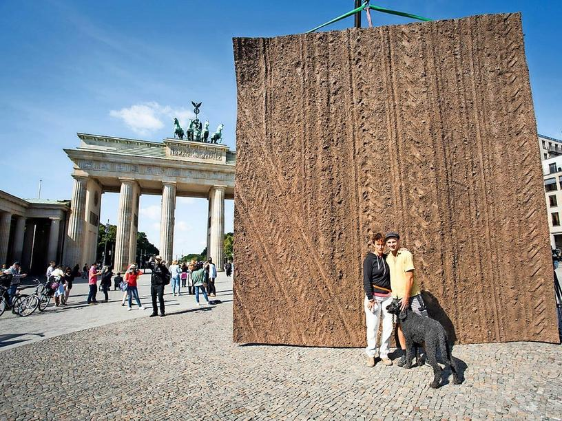 "Präsentierten 2017 ihr XXL-Kunstwerk aus Brölliner Ackerboden im Rahmen der Europäischen Bürgerinitiative ""People for Soil"" am Brandenburger Tor: Künstlerin Anneli Ketterer und Partner Alex Dzierzon"