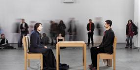 "Marina Abramovic (l) bei der Performance ""The Artist is Present"" im Museum of Modern Art New York."