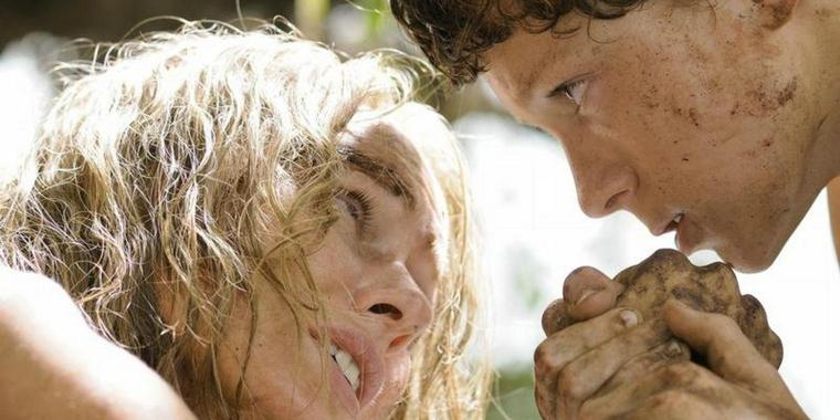 Lucas (Tom Holland) macht seiner Mutter Maria (Naomi Watts) Mut. Foto: Concorde Filmverleih