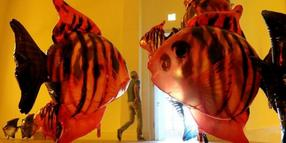 "Riesige Fische bewegen sich durch den Raum: ""My Room is Another Fish Bowl""."