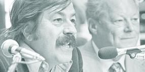 Günter Grass (l.) am 4. September 1976 neben Willy Brandt.