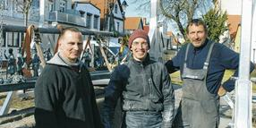 Thomas Harder (55, v.l.), Mathias Harder (34) und Thomas Roth (54) arbeiteten gestern am Umgangs-Brunnen.
