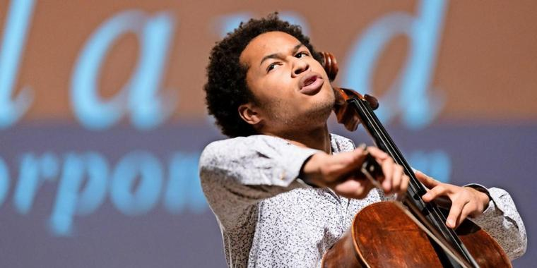 Abschluss konzert in Peenemünde 2020 ©Peter Adamik Der international gefeierte Cellostar Sheku Kanneh-Mason spielte am Sonnabend während des Abschlusskonzertes des Usedomer Musikfestivals.