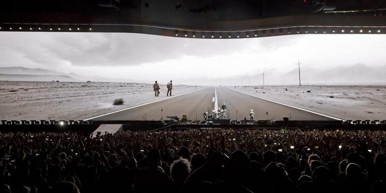 "Roadtrip: U2 spielen ""Where the Streets Have No Name""."