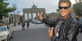 "Baywatch""-Star David Hasselhoff vor dem Brandenburger Tor in Berlin."