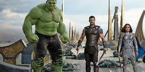 Superhelden nach dem Einsatz: Hulk (Mark Ruffalo), Thor (Chris Hemsworth), Valkyrie (Tessa Thompson) und Loki (Tom Hiddleston).