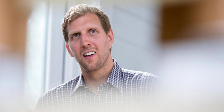Basketball-Star Dirk Nowitzki (r.)