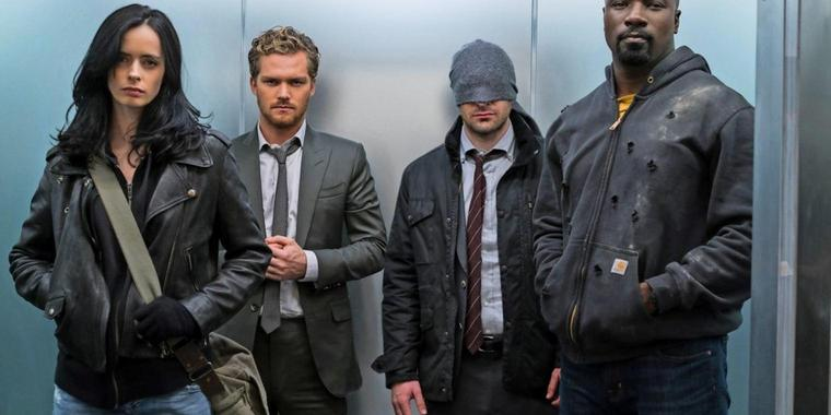 Superhelden in Zivil im Fahrstuhl (von links): Jessica Jones (Krysten Ritter), Iron Fist (Finn Jones), Daredevil (Charlie Cox) und Luke Cage (Mike Colter).