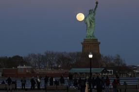 26. April 2021: Der Supermond in Hoboken, New Jersey, mit Blick auf die Freiheitsstatue.