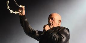 Hey, Mr. Tambourine Man: Peter Gabriel (hier 2014 live in der TUI-Arena in Hannover) wird am Donnerstag, 13. Februar, 70 Jahre alt.Peter Gabriel Live in the TUI Arena Hanover 03 05 2014