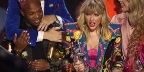 "Taylor Swift nimmt die Auszeichnung ""Video des Jahres"" für ""You Need to Calm Down"" bei der Verleihung der MTV Video Music Awards entgegen."