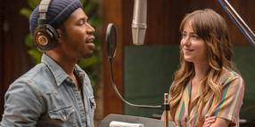 "Auf dem Weg von der Dienerin zur Musikproduzentin: Dakota Johnson als Maggie Sherwoode und Kelvin Harrison Jr. als David Cliff in einer Szene des Films ""The High Note""."